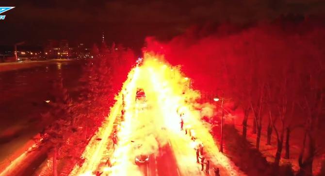 Wat een onthaal: Zenit-fans begeleiden spelersbus met vuurshow