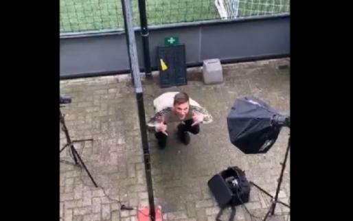 Veltman poseert gehurkt voor fotograaf en wordt vierkant uitgelachen door Ziyech