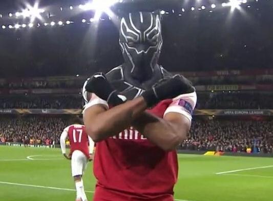 Aubameyang maakt tweede voor Arsenal en juicht met Black Panther-masker
