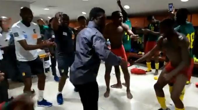 Kleedkamerfeest in Kameroen: Seedorf steelt de show met soepele dansmoves
