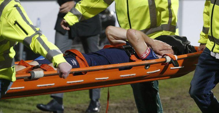 PSV opgeschrikt: Lozano per brancard afgevoerd met ogenschijnlijk zware blessure