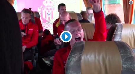 Spelers van KV Mechelen vieren Croky Cup op wel erg toepasselijke manier