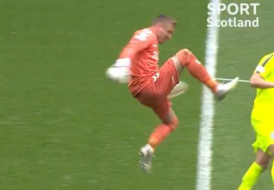 Krankzinnig moment Rangers: doelman haalt uit, veinst blessure en krijgt rood