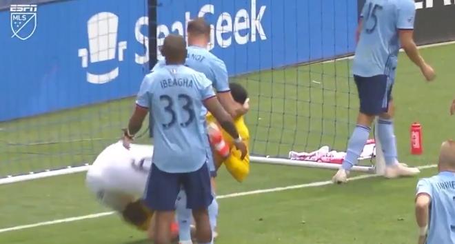 Zlatan weer in opspraak: LA Galaxy-ster grijpt tegenstander naar de keel