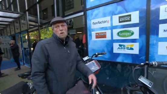 Lachende vader van Huntelaar duwt FOX-camera weg: 'Donder op, wegwezen'