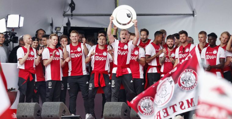 Ajax gespot: spelers en staf zetten kampioensfeest voort in Barcelona