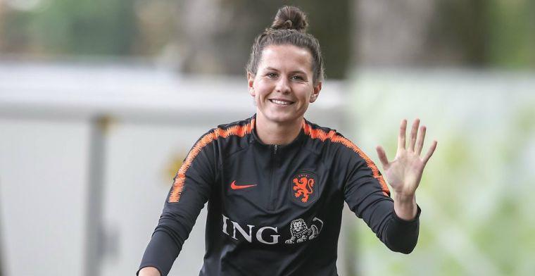 Van Nistelrooy 'prikkelt' Leeuwinnen: 'Ik moet mezelf soms knijpen, zó mooi!'