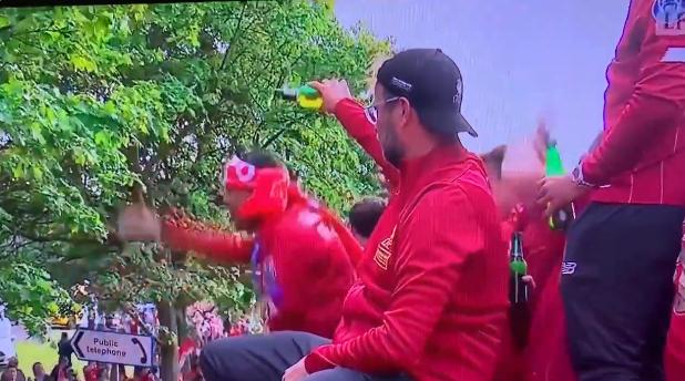 Aangeschoten Klopp besprenkelt Liverpool-talent met bier en valt bijna uit bus