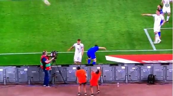 Pijnlijk: Italiaan Barella schiet Griekse ballenjongen van meter afstand omver