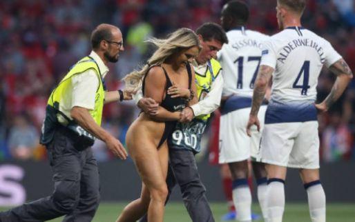 Afbeelding: Spelers Liverpool flirten met streaker: 'Ik wist niet eens wie ze waren'