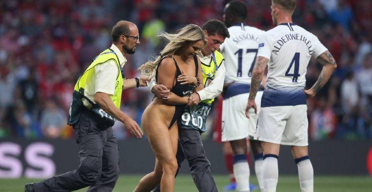 Spelers Liverpool flirten met streaker: 'Ik wist niet eens wie ze waren'