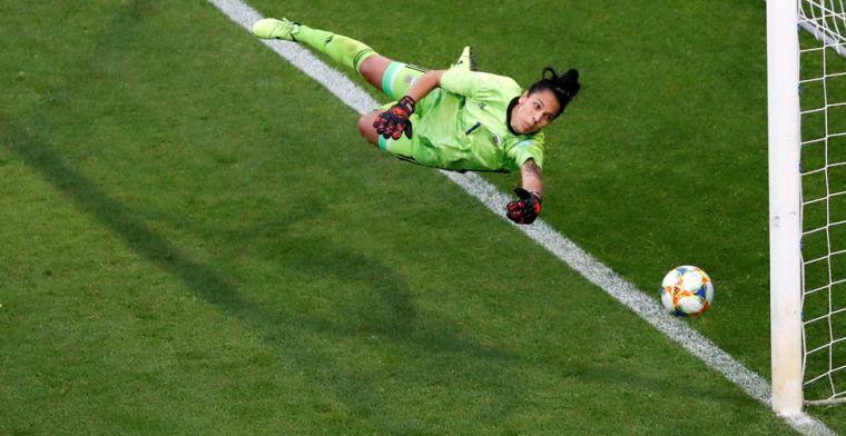 Neville en Lionesses slechten Argentijnse muur en plaatsen zich voor tweede ronde