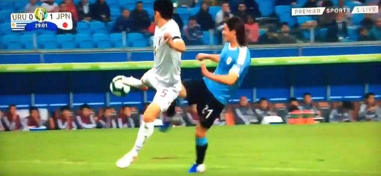 VAR-blunder op Copa America: Cavani schopt tegenstander en krijgt strafschop mee