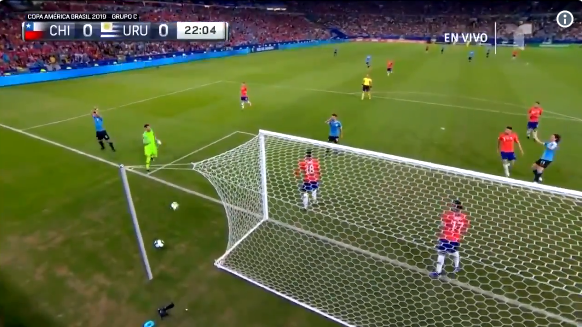 Suárez claimt hands na redding keeper en sprint naar scheids na overtreding op fan