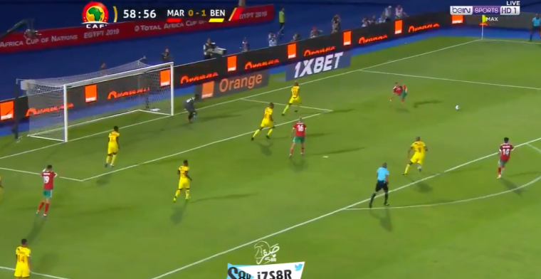 Pijnlijk momentje op Afrika Cup: Ziyech maait compleet over de bal heen en valt om