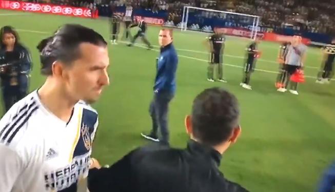 Zlatan wordt elleboog verweten: Go home, you little b*tch. Go home