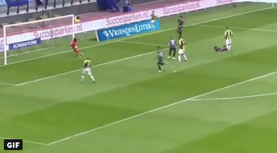 Valse start voor Ajax: Schuurs geeft het laatste zetje, Vitesse op vroege 1-0