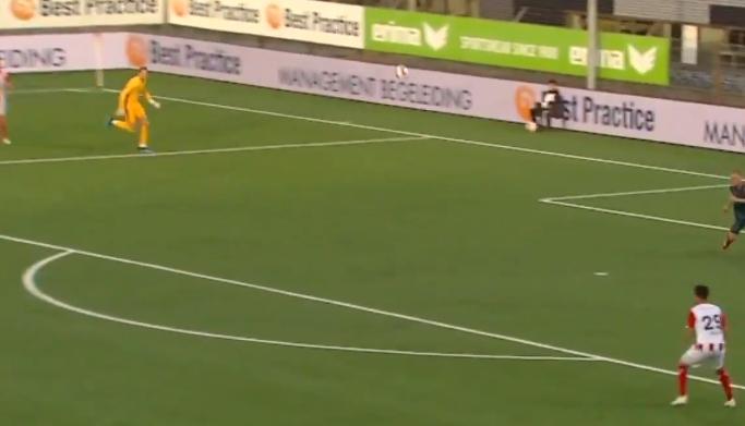Scherpen komt ver uit zijn doel en gaat hopeloos in de fout bij Ajax-debuut