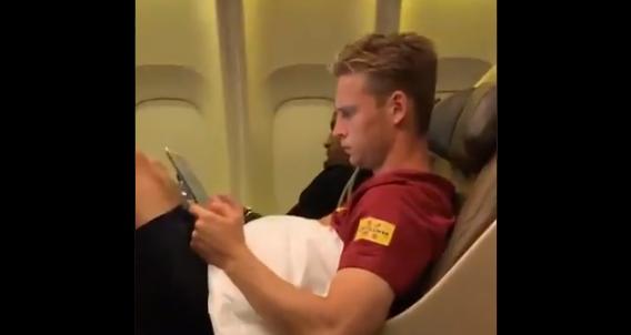 De Jong analyseert eigen spel in Barça-vliegtuig: 'Why so serious, Frenkie?'