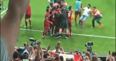 Fan bestormt veld na winst in Supercup en bezorgt doelman Adrian dikke enkel
