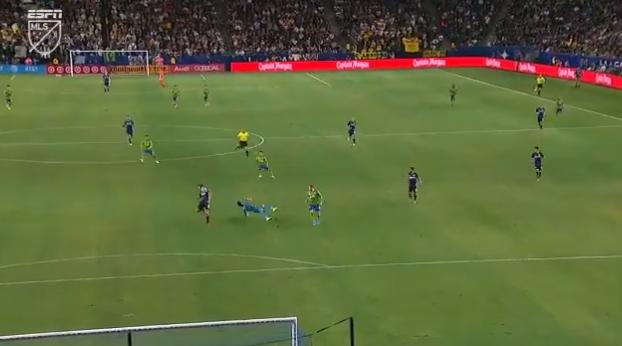 Dubbelslag van Zlatan tenietgedaan door komische eigen goal van LA Galaxy-duo