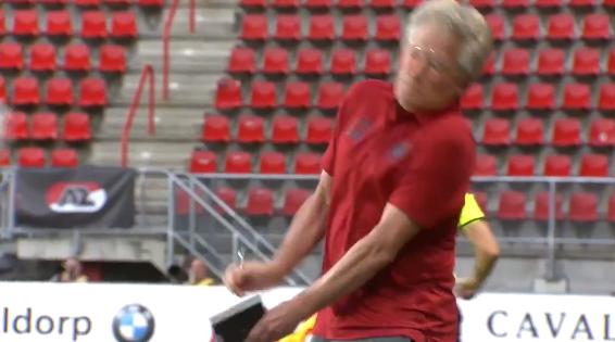 Pijnlijk moment in Enschede: Antwerp-trainer geveld door eigen speler, bril kapot