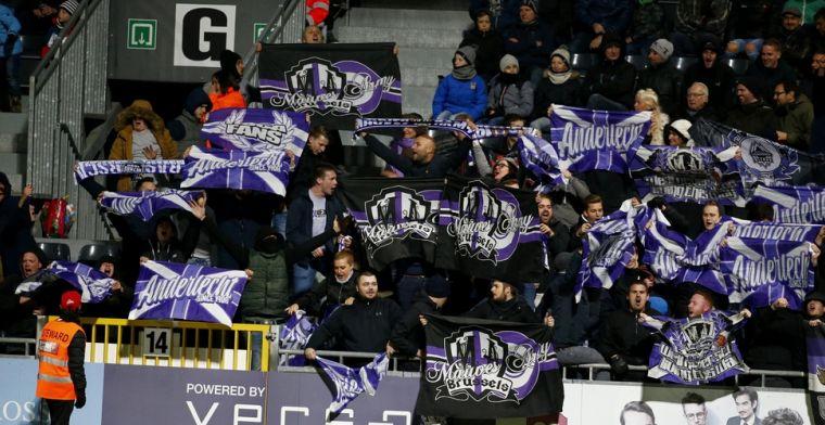 Opvallend moment: Spelersgroep Anderlecht gaat voor zingende fans zitten