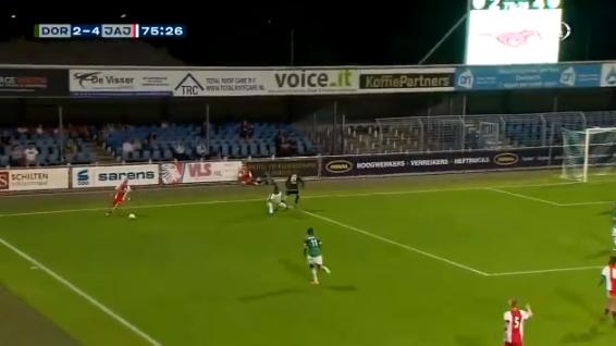 Ajax-talent Lang scoort in Dordrecht met boogbal uit bijna onmogelijke hoek