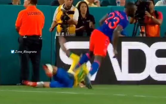 Prettig kennis te maken: oud-Ajacied Sánchez beukt Neymar tegen reclameborden aan