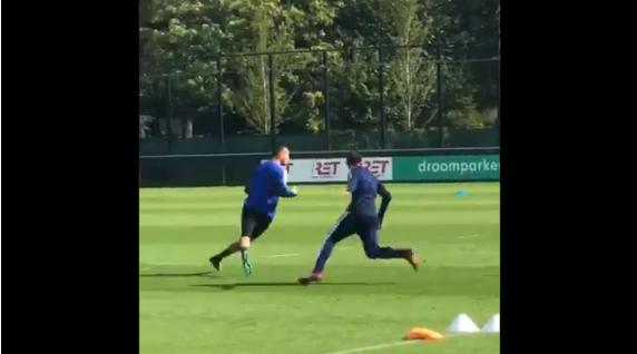 Bijlow maakt Feyenoord-collega's gek met waanzinnige pegel in de kruising