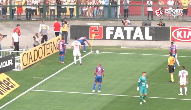 Wespenplaag bij cornervlag: Braziliaanse verdediger 'redt' Dani Alves
