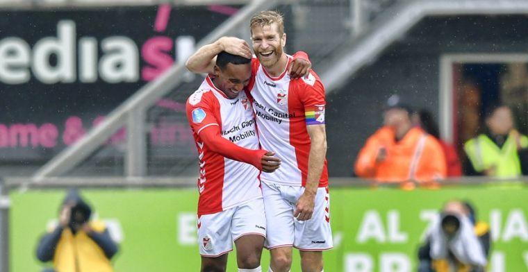 Opgelucht FC Emmen wint vermakelijk duel en ontsnapt uit degradatiezone