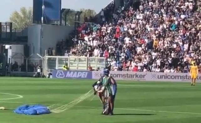Lukaku ziet ze vliegen: parachutist verstoort duel tussen Inter en Sassuolo