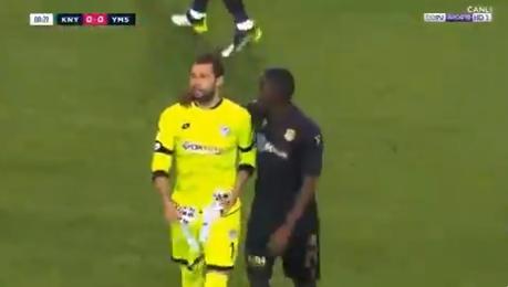 Unicum in Turkije: doelman krijgt al na 20 seconden een rode kaart