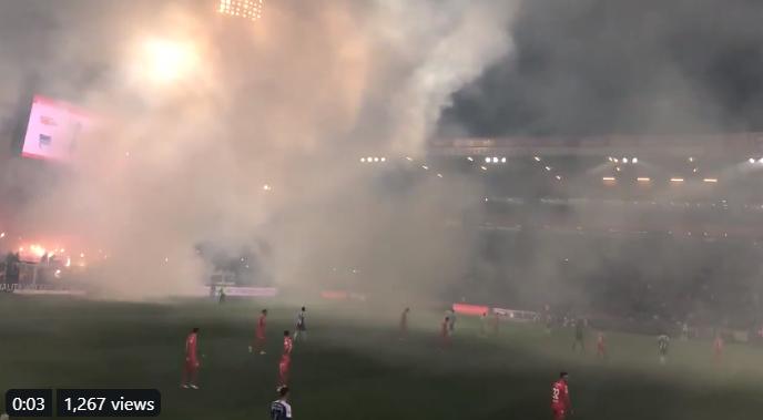 Berlijnse derby loopt uit de hand: fans gooien vuurwerk en fakkels op het veld