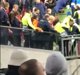 De beelden: Ziyech springt tussen stewards om Ajax-fan te beschermen