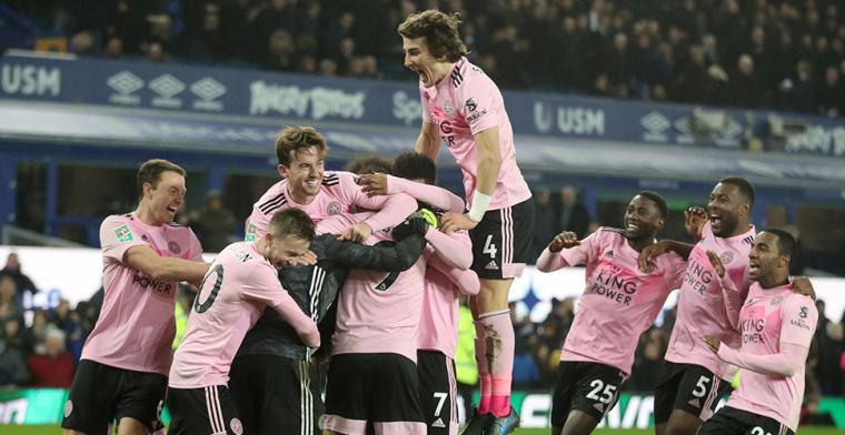 Leicester wint spektakelstuk na strafschoppen, Manchester-clubs winnen eenvoudig