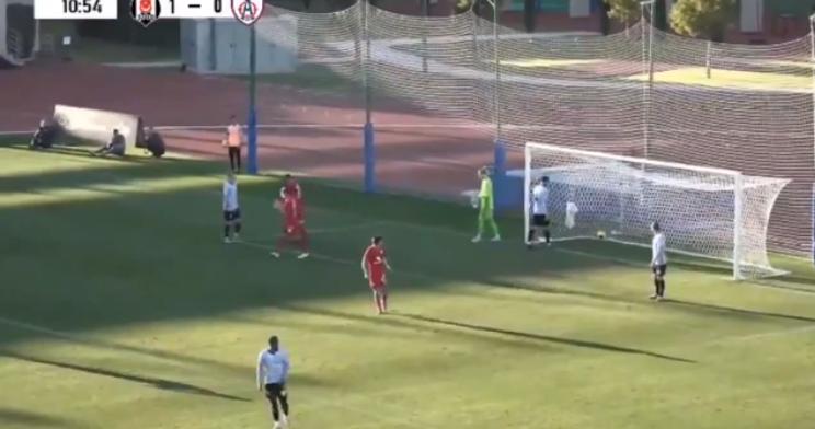 'Beruchte' ex-Liverpool-doelman Karius gaat kinderlijk in de fout in oefenduel