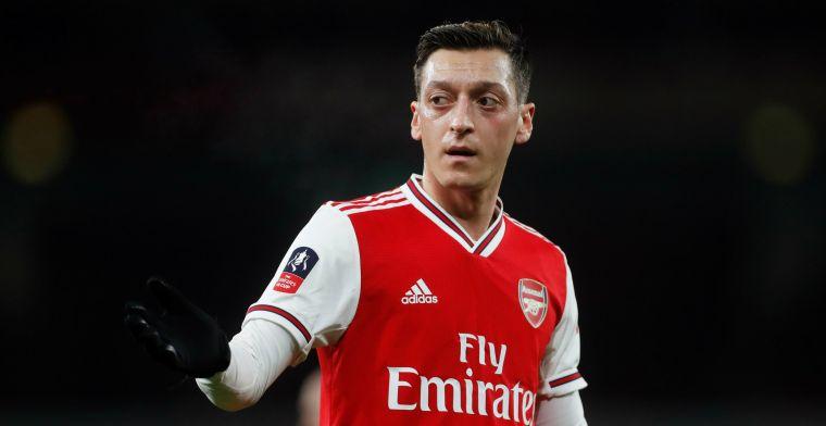 Özil wil niet vertrekken bij Arsenal en gaat lucratief contract uitdienen