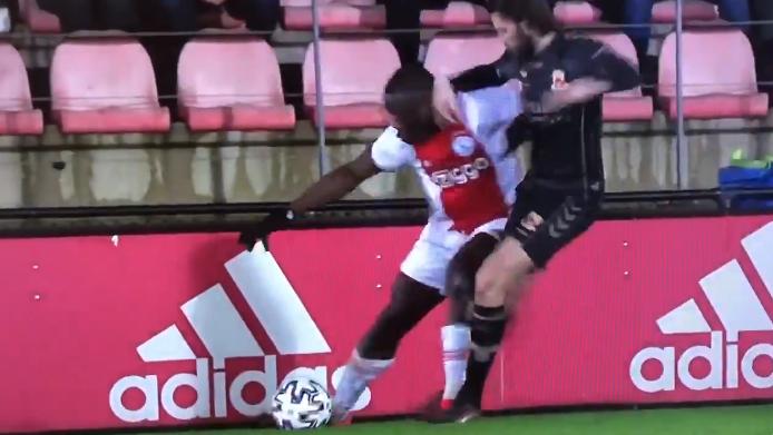 Ajax-talent Brobbey (18) toont brute kracht: Bosz (26) komt er niet aan te pas