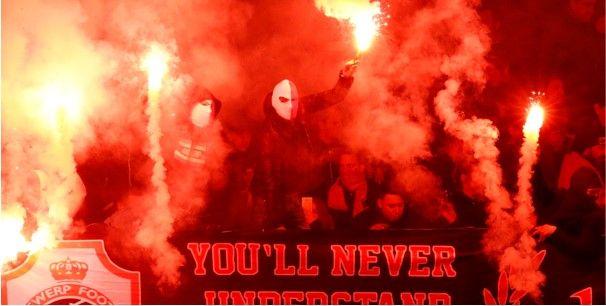 'Antwerp-fans knokken er op los in Kortrijk: politie moet hoofdtribune bestormen'