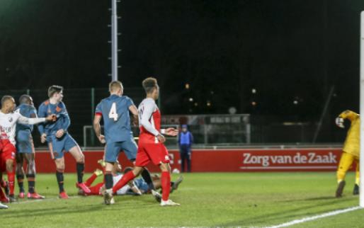 Afbeelding: Jong Ajax afgeslacht door Jong FC Utrecht, vier flaters van Varela