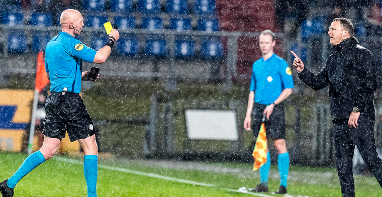 Van den Brom fileert arbitrage: 'Zulke momenten moeten verdwijnen door de VAR'