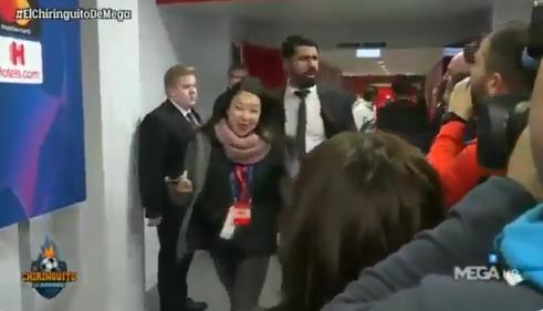 Atlético-spits Costa loopt door mixed-zone en 'hoest' op journalisten