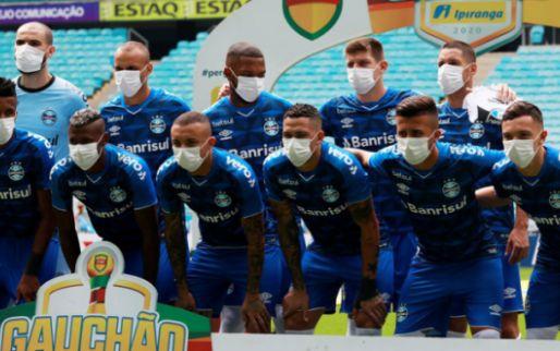 Afbeelding: Brazilianen protesteren tegen bond en komen met mondkapjes om het veld op
