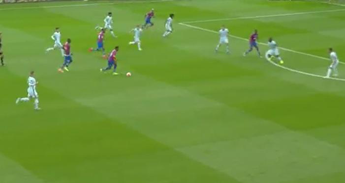 Chelsea-keeper Kepa staat erbij en kijkt ernaar: Zaha scoort met geweldige uithaal