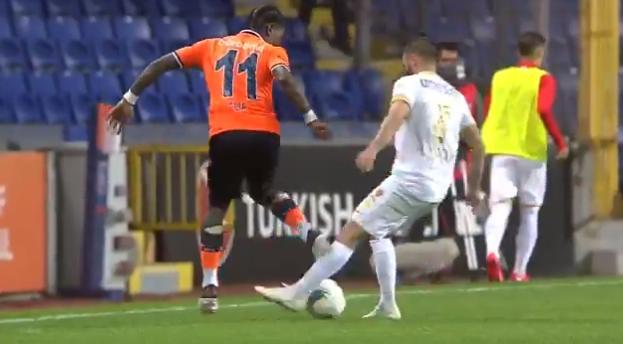 'Sorry...': Elia bezorgt tegenstander direct na de aftrap panna én blessure