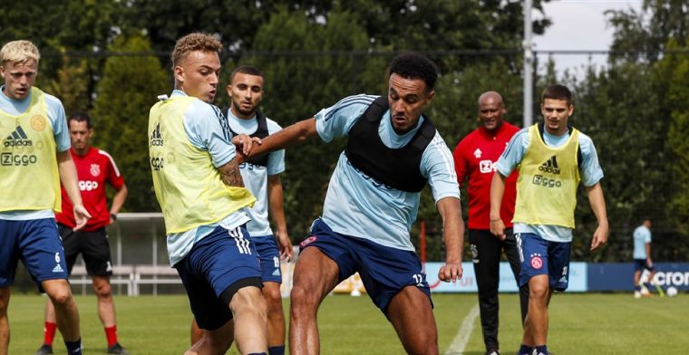 Ten Hag keurt Ajax-goal af en corrigeert klagende spelers
