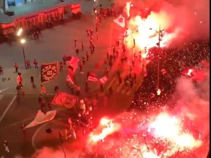 Feesten zonder zorgen: fans verzamelen zich rond PSG-stadion en gaan uit hun dak
