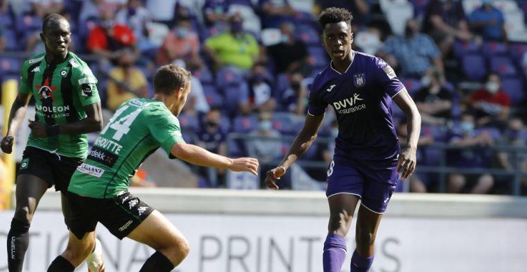 Problemen bij Anderlecht? 'Sambi-Lokonga zit helemaal alleen in de kleedkamer'